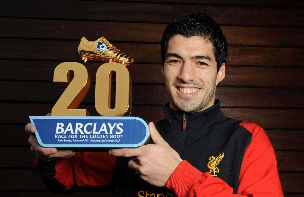 Suarez with his prize for being first to 20 in the league
