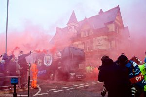LIVERPOOL, ENGLAND - Wednesday, April 4, 2018: Liverpool supporters give a warm welcome to the team buses as they arrive before the UEFA Champions League Quarter-Final 1st Leg match between Liverpool FC and Manchester City FC at Anfield. (Pic by David Rawcliffe/Propaganda)