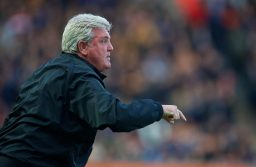 KINGSTON-UPON-HULL, ENGLAND - Tuesday, April 28, 2015: Hull City's manager Steve Bruce during the Premier League match against Liverpool at the KC Stadium. (Pic by David Rawcliffe/Propaganda)