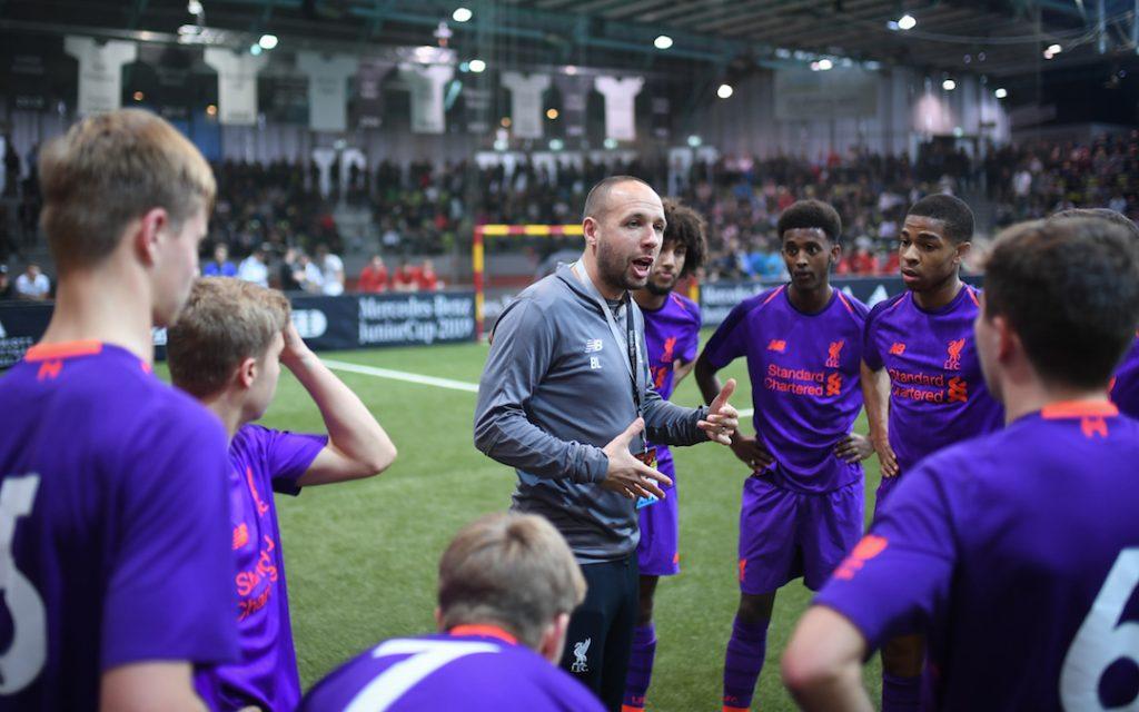 Trainer Phil Roscoe (Liverpool FC) gibt seiner Mannschaft Anweisungen. GES/ Fussball/ Hallenturnier: Mercedes-Benz JuniorCup 2019, 06.01.2019 Football, Soccer: Under 19 Indoor-Tournament, Sindelfingen, January 6, 2019