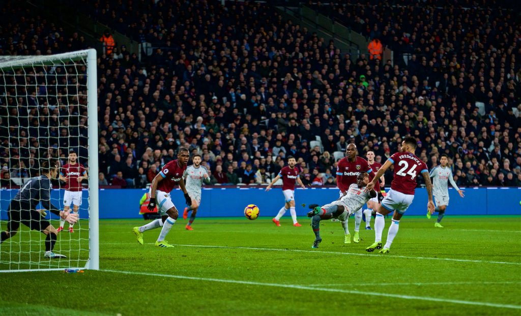 LONDON, ENGLAND - Monday, February 4, 2019: Liverpool's Sadio Mane scores the first goal during the FA Premier League match between West Ham United FC and Liverpool FC at the London Stadium. (Pic by David Rawcliffe/Propaganda)
