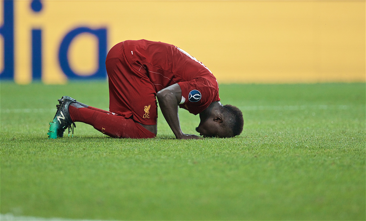 ISTANBUL, TURKEY - Wednesday, August 14, 2019: Liverpool's Sadio Mane kneels to pray as he celebrates scoring the first equalising goal during the UEFA Super Cup match between Liverpool FC and Chelsea FC at Besiktas Park. (Pic by David Rawcliffe/Propaganda)