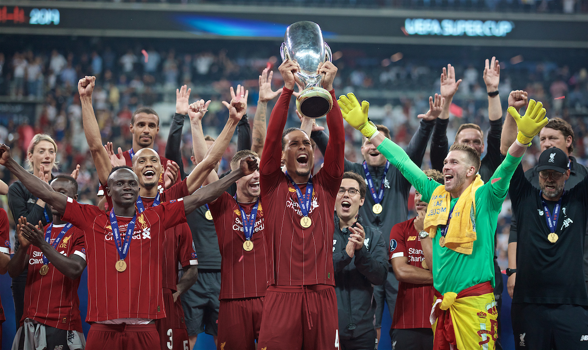 ISTANBUL, TURKEY - Wednesday, August 14, 2019: Liverpool's Virgil van Dijk lifts the trophy after winning the Super Cup after the UEFA Super Cup match between Liverpool FC and Chelsea FC at Besiktas Park. Liverpool won 5-4 on penalties after a 1-1 draw. (Pic by David Rawcliffe/Propaganda)