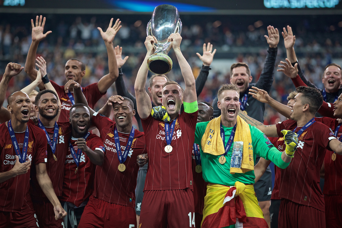 ISTANBUL, TURKEY - Wednesday, August 14, 2019: Liverpool's captain Jordan Henderson lifts the trophy, alongside goalkeeper Adrián San Miguel del Castillo, after winning the Super Cup after the UEFA Super Cup match between Liverpool FC and Chelsea FC at Besiktas Park. Liverpool won 5-4 on penalties after a 1-1 draw. (Pic by David Rawcliffe/Propaganda)
