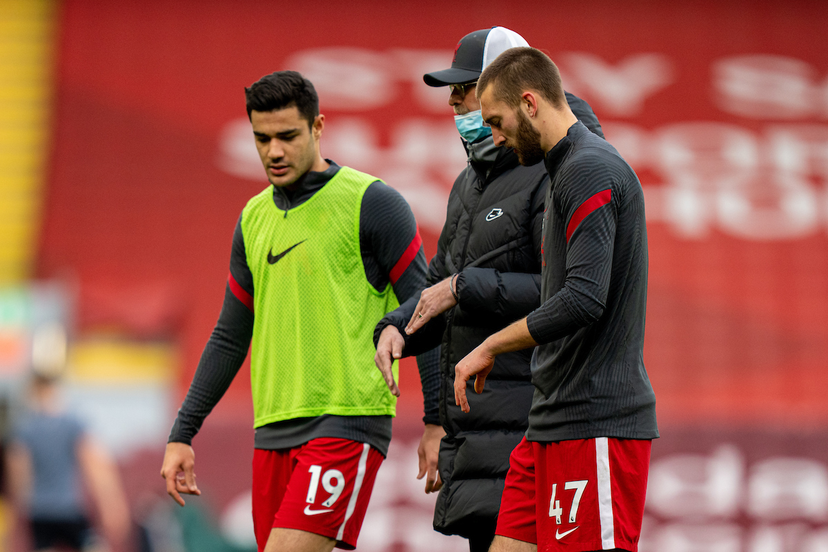 Liverpool's manager Jurgen Klopp chats with Ozan Kabak and Nat Phillips